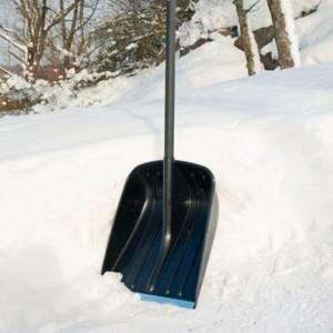 Лопата для уборки снега Fiskars особенности применения автомобильных снегоуборочных лопат Характеристики облегченных моделей Solid длиной 53 и 130 см