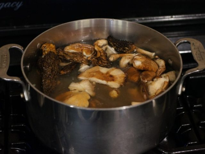 Как жарить грузди. Сколько жарить грузди. Как пожарить грузди. На каком масле жарить грибы грузди. Время жарки груздей. Как правильно жарить грузди на сковородке по минутам.
